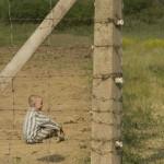 foto, il bambino con il pigiama a righe