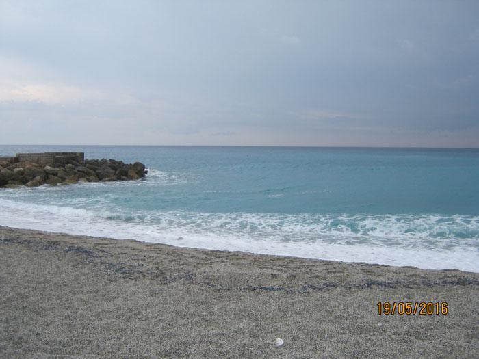 Francesco Ambrosio – classe 2A E guardare tra il mare i saggi scogli spuntare fra le onde, che piane san dell'uomo e che del mare conoscono il dono.