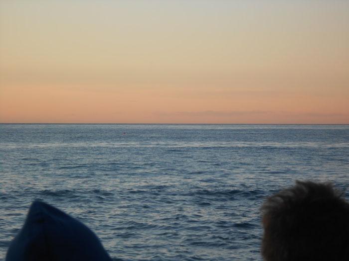 Sofia Bacigalupo 2 - classe 2B Non so se l'orizzonte, quella linea perfetta immaginaria, divide o unisce il mare al cielo.